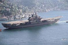 El Liaoning (ex-Varyag) siendo remolcado. Banderas Insignia naval de la Unión de Repúblicas Socialistas Soviéticas/Insignia naval de la República Popular China