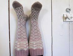 Ilmainen naisten polvisukkien villasukkien ohje - Taito Itä-Suomi Fun Projects, Knitted Fabric, Knitting Patterns, Socks, Sewing, Crochet, Crafts, Fashion, Moda