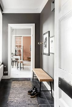 At first sight, this Swedish studio apartment appears to be quite spacious, when it it in fact it's barely 250 square feet. The trick? The entrance, kitchen, and bedroom are all painted in...