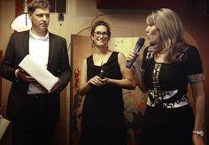 Virtuele Assistent van het jaar Céline Vroman (m) op het podium met Marianne Sturman van Moneypenny (r) en Ray Uiterwaal van Porsche (l)