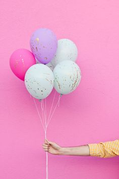 DIY Splatter Paint Balloons - this also inspires me to try other colours to make 'marble balloon'