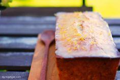 Ein herrlicher Sommerdessert ist dieser Zitronen-Zucchini Kuchen mit extrasaurer Zitronenglasur. Mit diesem Kuchen bekehrst du jeden Gemüseskeptiker!