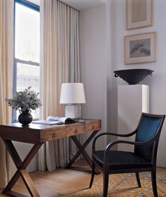 architect Carlos Aparicio's Manhattan apartment- armchair by Fritz Henningsen, vintage desk by Jean-Michel Frank, glazed-porcelain table lamp by Svend Hammershoi Office Decor, Home Office, Office Ideas, Comfortable Living Room Chairs, Custom Curtains, Elle Decor, Small Spaces, Work Spaces, Dining Chairs