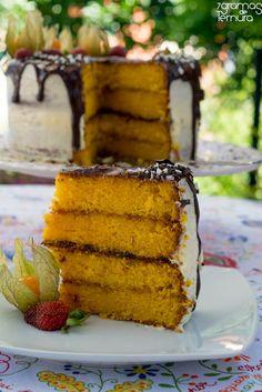 Um bolo de cenoura é sempre uma boa opção par servir de base a um bolo de aniversário