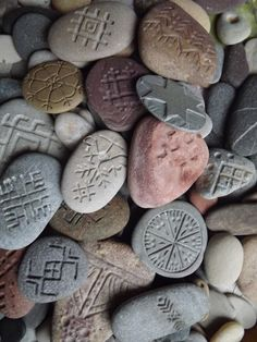 this is carved stone but can be done with cold porcelain Stone Crafts, Rock Crafts, Rock Jewelry, Stone Jewelry, Clay Jewelry, Dremel Tool Projects, Dremel Carving, Rock Sculpture, Beach Stones