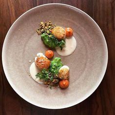 Scallops / white wine sauce / peas / curry crunch / tomato #chefstalk #foodart #gastro #gastroart #gastronogram #GourmetArtistry #theartofplating #truecooks #cheflife #foodtag #chefsofinstagram #chefsroll #foodmarket by mathieu_leclef