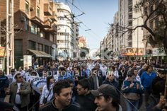 Córdoba, Argentina - 29 may 2014: Gran grupo de personas, los trabajadores de EPEC, UEPC SUOEM ya la marcha al Centro Cívico durante la mañana a través de las principales calles de la ciudad de Córdoba, Argentina reclamando la derogación de la ley que difiere 10.078 en seis meses los aumentos salariales librar a los jubilados