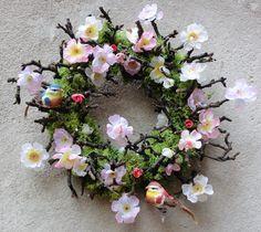 Když+rozkvete+jabloň....+Věnec+nazdobený+islandským+lišejníkem,+větvičkami+a+jabloňovými+látkovými+květy.+Ve+větvičkách+se+usadili+dva+peříčkoví+ptáčci.+Nevšední+jarní+dekorace.+Velikost+40+cm. Floral Wreath, Wreaths, Home Decor, Floral Crown, Decoration Home, Door Wreaths, Room Decor, Deco Mesh Wreaths, Home Interior Design