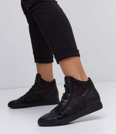 Tênis feminino  Modelo: sneaker  Marca: Bottero  Material: couro     COLEÇÃO INVERNO 2017     Veja outras opções de    tênis femininos.        Sobre a marca Bottero     A Bottero é uma das maiores fabricantes de calçados femininos do país. Seu objetivo é oferecer sapatos femininos com design, conforto e qualidade dentro do mesmo produto. Aqui nas Lojas Renner você encontra diversos modelos de sapatos femininos da Bottero como sapatilhas, scarpins, botas, rasteiras e sandálias, tudo com…
