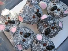 Koala Cupcakes (looks like gray icing, pink marshmallows, brown M&Ms, licorice jellybeans and shredded coconut. Australian Party, Australian Food, Australian Animals, Cupcake Day, Cupcake Cakes, Australia Day Celebrations, Aussie Food, Animal Cupcakes, Food Themes