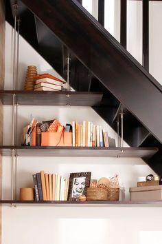 Aménagements sous escaliers, tablettes en hêtre lamellé collé massif à peindre ou à vernir (épaisseur 23 mm), fixation et supports en inox. A partir de 330 euros. Lapeyre.