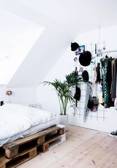 bedroom: bed on palettes + wire wall storage