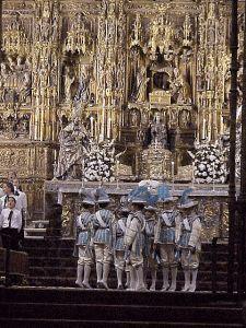 Los niños Seises de la Catedral de #Sevilla bailan con ropas de color azul en la festividad de la Inmaculada y de color rojo en el Corpus. HM