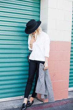 How to style: de witte blouse! Easy going, business, met een rok, layers en sportief. Het kan allemaal! Meer inspiraties en tips vind je op www.thenewgirlintown.com #whiteblouse #sportive #skirt #bloggers #Damselindior