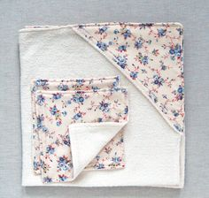 Head over to The Purl Bee for a tutorial showing how to make this hooded baby towel and washcloth set. This would make a lovely baby gift! [photo from The Purl Bee] [tags]sewi… Baby Sewing Projects, Sewing For Kids, Style Turban, Baby Clothes Patterns, Sewing Patterns, Baby Patterns, Sewing Ideas, Baby Towel, Towel Set
