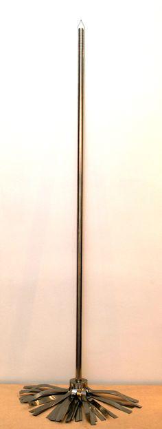 """""""Fregona"""" Carlos Cuenllas. Acero inoxidable. 150 x 50 x 30 cm. Museo de León."""