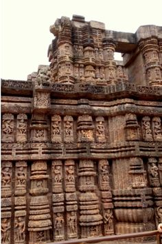 Konark Sun Temple, the World Heritage Site is an architecture marvel. It is a stunning masterpiece and a symbol of Incredible India's heritage. Indian Temple Architecture, Ancient Architecture, Art And Architecture, Khajuraho Temple, Hindu Temple, Hampi, Apocalypse Art, South Korea Travel, Amazing India