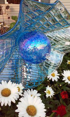 upcycled glass garden art by Kimber's Garden Gems on Facebook Plate Flowers Garden, Glass Plate Flowers, Flower Plates, Garden Totems, Glass Garden Art, Wood Yard Art, Yard Ornaments, Garden Crafts, Garden Ideas