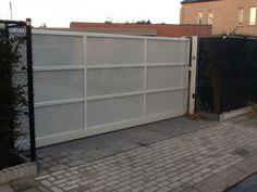 Metalen poorten: klassieke of moderne poorten Main Gate, Garage Doors, Outdoor Decor, Modern, Home Decor, Gate, Trendy Tree, Interior Design, Home Interior Design
