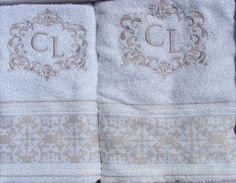 Conjunto composto por 2 toalhas, sendo 1 toalha de rosto medindo 50x80cm e 1 toalha de banho medindo 70x140 cm, as duas com o mesmo bordado da moldura e do monograma à escolha do cliente.  Toalha 100% algodão na cor branca, ou na cor cinza. R$76,50