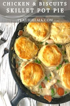 This easy homemade pot pie recipe from Platter Pie features the classic pairing of chicken and biscuits, baked in a skillet. Made with biscuits, you can put this simple comfort food together with chicken or with turkey. Easy Skillet Meals, Iron Skillet Recipes, Cast Iron Recipes, One Skillet Recipe, Chicken Cast Iron Skillet, Skillet Chicken Pot Pie Recipe, Easy Skillet Dinner, Easy Chicken Pot Pie, Chicken And Biscuits