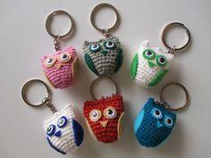 Facebookin kautta kyseli useampikin ihminen ohjetta näihin pieniin pöllöihin, joten päätin sen kirjoitella ylös. Kertokaa, jos ohjeessa on j... Easy Crochet, Hello Kitty, Miniatures, Personalized Items, Crafts, Easy Patterns, Granny Squares, Education, Baby