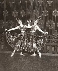 VAUDEVILLE: The Dolly Sisters, German vaudeville performers. Ca. 1910.
