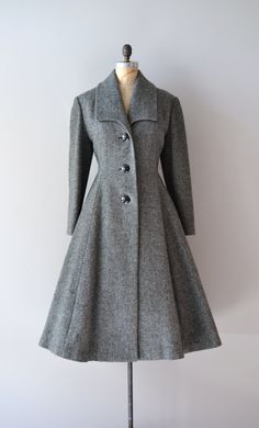 1940s Sigrún wool princess coat. So timelessly beautiful. #vintage #winter #fashion #1940s Mantel Tailliert, Fashion History, Black Wool Coat, Gray Coat, Winter Coats For Women, 1940s Fashion Women, Retro Fashion, Vintage Winter Fashion, Lovely Dresses