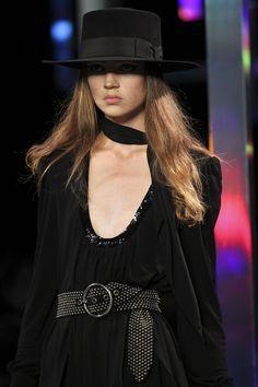 Close Up / Saint Laurent / Paris / Frühjahr 2015 / Kollektionen / Fashion Shows / Vogue Fashion Week, High Fashion, Fashion Show, Womens Fashion, Vogue Fashion, Vogue Uk, Fashion 2015, Style Parisienne, Vogue Covers