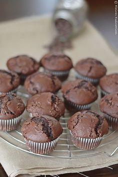 Megaschokoladige Schokomuffins mit Buttermilch im Teig. Dadurch sind sie extra saftig und super lecker. Inklusive Schokoladenstückchen im Teig