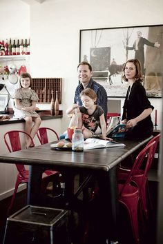 Estilo industrial en la zona de comedor con las sillas y taburete Tolix - Decoratualma | Una oficina convertida en hogar
