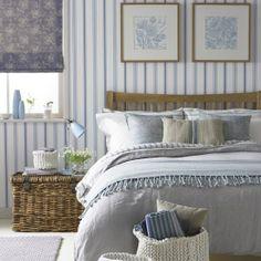 Country trifft Maritim.Feines Schlafzimmer in Blau-Weiß- Naturtönen.