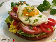 Sytá topinka, co nahradí i hlavní chod recept - TopRecepty. Salmon Burgers, Baked Potato, Hamburger, Sandwiches, Toast, Food And Drink, Homemade, Snacks, Breakfast