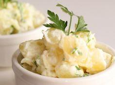 Receita de Salada de Batata sem Maionese - 2 batatas grandes cortadas em cubinhos, sal, 2 colheres (sopa) generosas de creme de ricota, salsa picadinha