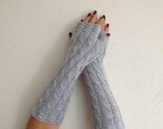 Gris mitaines Fingerless longueur supplémentaire. Tricoter des mitaines sans doigts. Tricoter des gants gris clair. Mitaines tricotées.