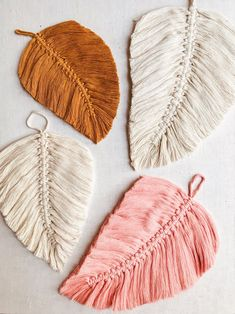 Newest Free Macrame leaf Thoughts If you've already identified the new macramé collection and you are clearly addicted on this time Macrame Wall Hanging Diy, Macrame Art, Macrame Jewelry, Diy Craft Projects, Macrame Projects, Macrame Patterns, Crochet Patterns, Yarn Crafts, Diy Crafts