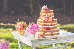 Eine wilde Mähne, bunte Farben, ein Naked Cake: dieser Styled Shoot im Bohemian-Look verströmt so eine fröhliche Frühlingsfrische, dass wir ihn Euch einfach zeigen müssen. Braut Alexandra trägt die…