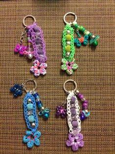 Rainbow loom Key rings with beads (created by HongKongBelBel) by wanting Rainbow Loom Keychain, Rainbow Loom Bracelets Easy, Loom Band Bracelets, Rainbow Loom Tutorials, Rainbow Loom Patterns, Rainbow Loom Creations, Rainbow Loom Bands, Rainbow Loom Charms, Loom Bands Designs