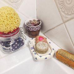 Pipere. Igazából nem sokkal több mindenből áll a pipere felszerelésem. (Persze fogat azt mosunk nyugi... ) De bőven el tudok éldegélni egy darab mosdó és egy darab samponszappannal ami a napi tisztálkodást illeti.  Meglett a #csendéletkép és ahogy nézegettem melyiket töltsem fel ide úgy szúrtam ki rajta a kis hulladékcsökkentős részleteket. :) Eleve a szappanok... csupa natúr összetevőből helyi készítőtől vásárolva a @csakdesign -on (a lokalitás és a kisvállalkozók ugye... :) )  A… Tableware, Dinnerware, Tablewares, Dishes, Place Settings