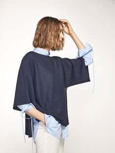 Cape-style knit sweater made from a delicate blend of fabrics with a textured weave. Loose-fitting cut, semi-boatneck, inset 3/4 sleeves and side vents at the hem.
