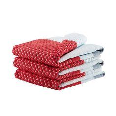 """Das gemusterte HAY Gästehandtuch wurde 2013 vom niederländischen Designstudio Scholten & Baijings für den dänischen Hersteller HAY entworfen. Das HAY Gästehandtuch gehört zur farbenfrohen """"HAY Towel""""-Kollektion für Bad-Textilien und misst kompakte 70x50cm. Das kleine HAY Handtuch für Besucher besteht zu 100% aus pflegeleichter Baumwolle und weist das charakteristische Design des Duos auf: Die bunten Blockstreifen und feine, geometrische Muster tragen eindeutig die Handschrift von Stefan…"""