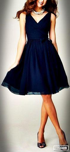 Laciverti sevenler için klasik ancak şık bir elbise modeli.