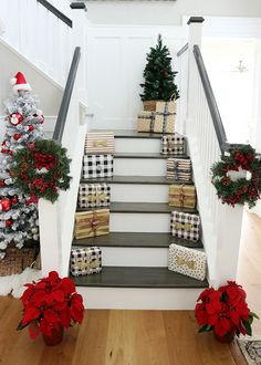 Easy Stairway Christmas Decor Ideas Easy and fast Stairway Christmas Decor Ideas Stairway Decorating Christmas Decor easy fast Ideas Stairway Christmas Stairs Decorations, Christmas Tablescapes, Outdoor Christmas, Christmas Home, Stairway Decorating, Stair Decor, Instagram Christmas, Colorful Christmas Tree, Stairways