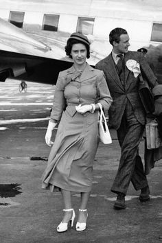 If you love The Crown, then you need to see Princess Margaret's iconic style moments throughout history. The Crown Season 3, Margaret Rose, Lady In Waiting, Paparazzi Photos, Casa Real, Princess Anne, Royal House, Queen Elizabeth Ii, United Kingdom