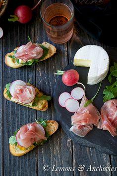 Prosciutto, Brie & Jalapeño-Tangerine Jam Crostini | http://lemonsandanchovies.com