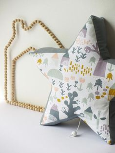 DIY - Coussin musical en forme d'étoile / Star musical cushion for baby Diy Bebe, Baby Couture, Cushions, Pillows, Backrest Pillow, Dinosaur Stuffed Animal, Kids Room, Diy Crafts, Toys