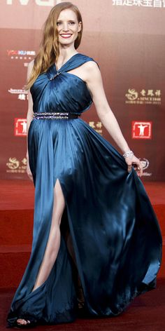 At the Shanghai Film Festival closing ceremony, Jessica Chastain punctuated her glamorous teal Lanvin gown with a sparkly belt, brooch and bracelet. Silk Satin Dress, Satin Dresses, Blue Dresses, Elegant Dresses, Celebrity Dresses, Celebrity Style, Celebrity Photos, Actress Jessica, Jessica Chastain