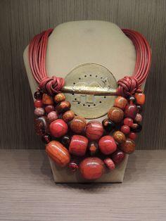 Una delle nostre vetrine più preziose: gioielli di ispirazione Africana realizzati con materiali naturali, volutamente appariscenti. Pezzi unici ed irripetibili, che raccontano di paesi lontani.