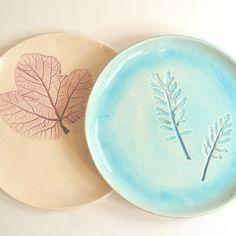 Handgemaakte bordjes van Kesemy met een herfstblaadjes-afdruk.