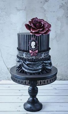 12 Gorgeous Gothic Cakes - This one by Sweet Lake Cakes [Sunday Sweets: Gothic Elegance]